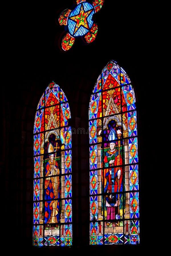 Vetro macchiato magnifico nella basilica di Quito fotografie stock libere da diritti