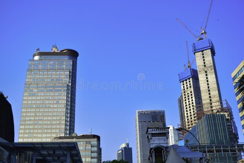 Vetro moderno e vista d'acciaio del grattacielo di angolo basso degli edifici per uffici a Jakarta, Indonesia immagini stock libere da diritti