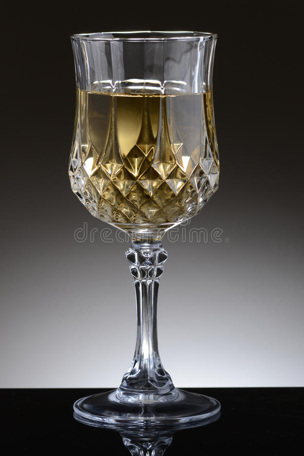 Vetro operato del vino di Chardonnay fotografie stock libere da diritti