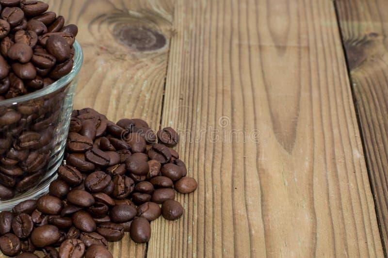 Vetro riempito di chicchi di caffè immagine stock libera da diritti