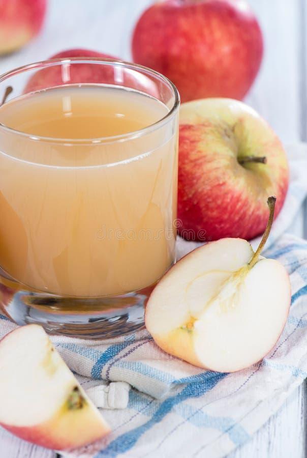 Vetro riempito di succo di mele fresco immagini stock libere da diritti
