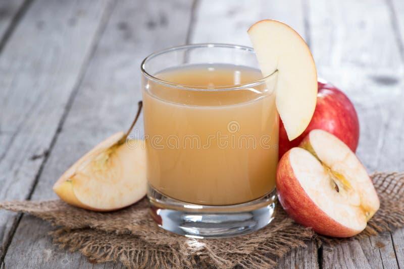 Vetro riempito di succo di mele fresco fotografia stock