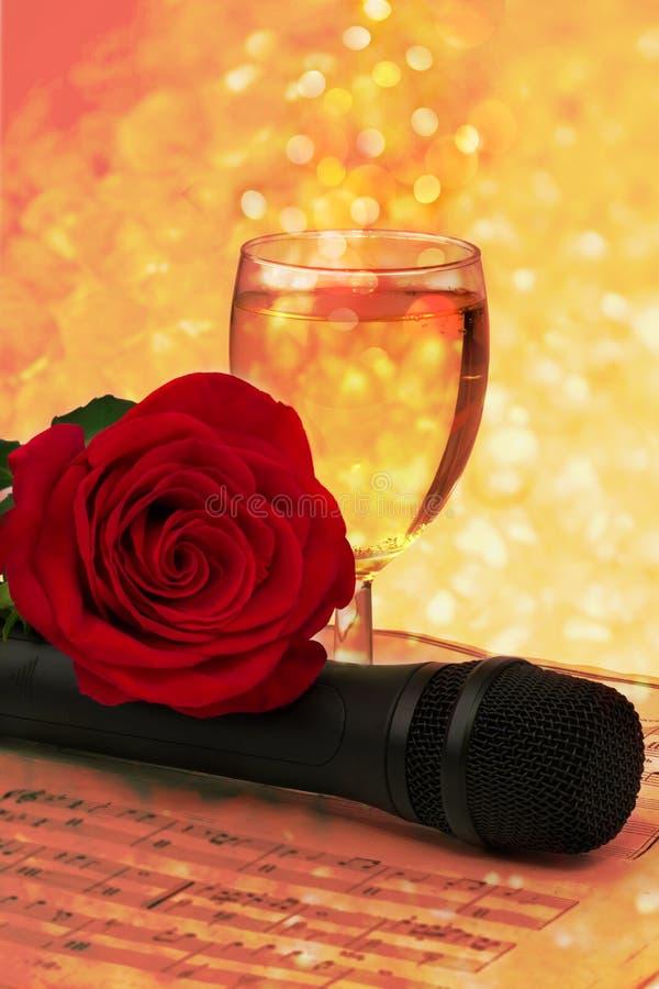 Vetro rosa delle note vecchio d'annata del microfono del champagne di retro fotografia stock