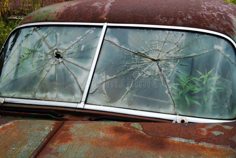 Vetro rotto, parabrezza, automobile d'annata, ruggine fotografia stock