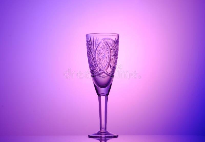 Vetro vuoto del champagne su un bello fondo immagini stock libere da diritti
