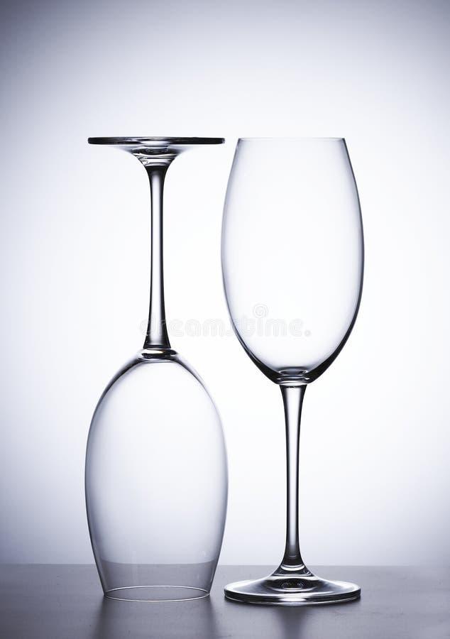 Vetro vuoto di vino rosso, due pezzi Il suo capovolto immagini stock libere da diritti