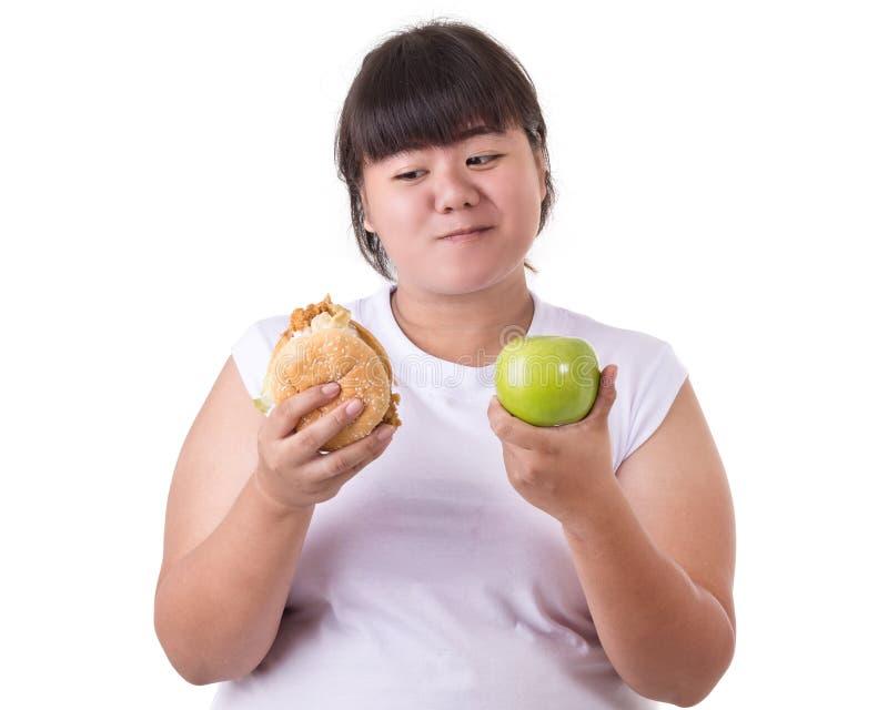 Vette Aziatische vrouw die witte t-shirt dragen en verkiezen te eten gebraden stock foto's