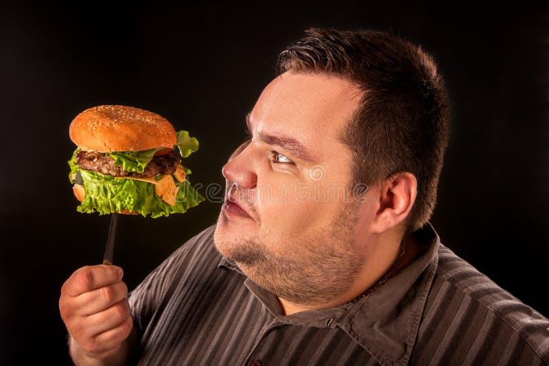 Download Vette Mens Die Snel Voedsel Eten Hamberger Ontbijt Voor Te Zware Persoon Stock Foto - Afbeelding bestaande uit vork, kwaliteit: 107706228