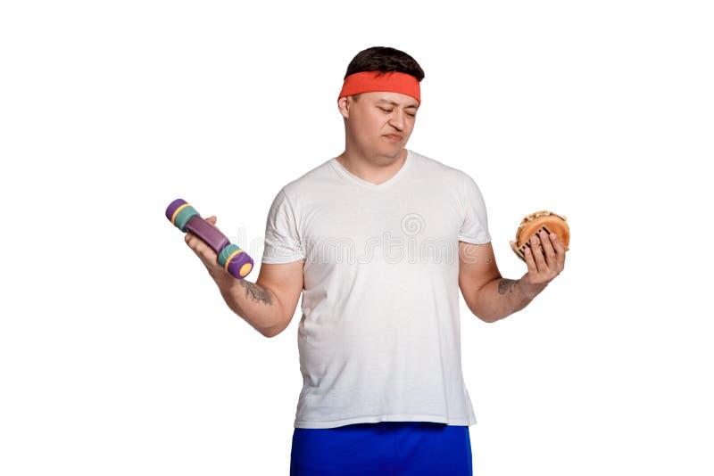 Vette mens geweigerd ongezonde kost mens weerzinwekkend door burgers de ingewikkeldheid van het dieet royalty-vrije stock foto
