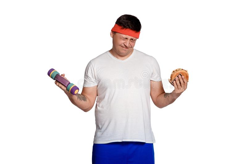 Vette mens geweigerd ongezonde kost mens weerzinwekkend door burgers de ingewikkeldheid van het dieet stock afbeelding