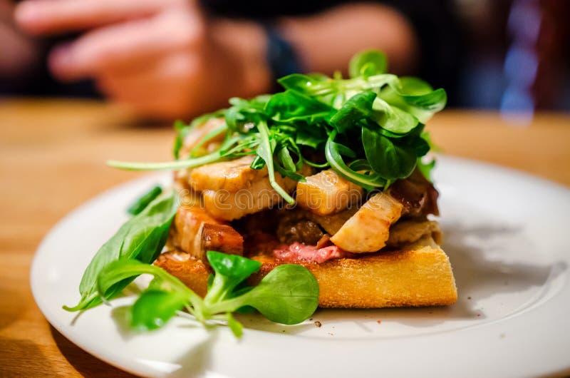 Vette sandwich met varkensvlees en eend confit stock foto