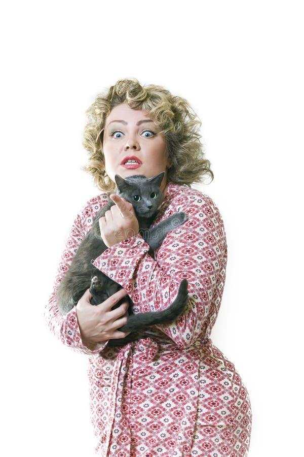 Vettig de vrouw met een grijze kat royalty-vrije stock afbeelding