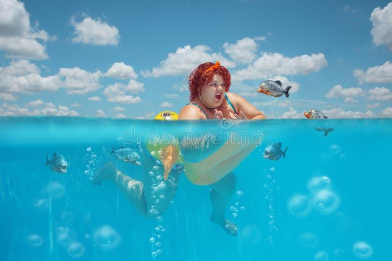 Vettige vrouw en piranha's royalty-vrije stock afbeeldingen