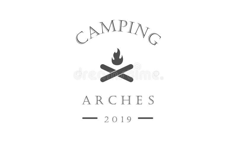 Vettore di campeggio di logo dell'emblema del campo royalty illustrazione gratis