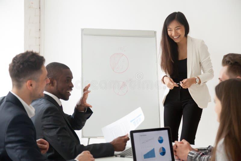 Vettura asiatica che fa presentazione sul flipchart per diverso lavoro gr immagine stock libera da diritti