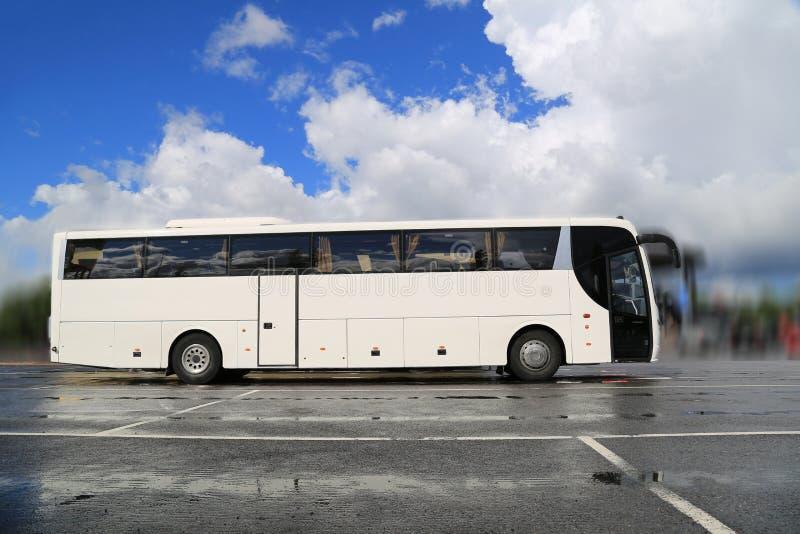 Vettura bianca Bus Waits per i passeggeri sulla mattina piovosa nebbiosa immagine stock