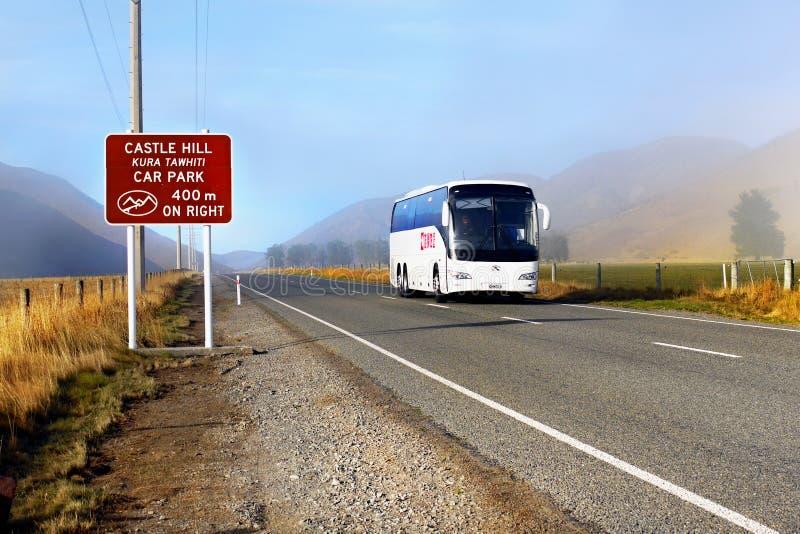 Vettura Bus sulla strada della montagna, Nuova Zelanda immagine stock libera da diritti