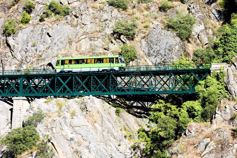 vettura del motore sul viadotto ferroviario vicino a Tua, valle del Duero, Portogallo fotografia stock