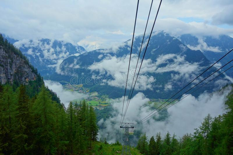 Vettura della cabina di funivia che va alle montagne di Dachstein sul supporto Krippenstein, Austria settentrionale immagine stock