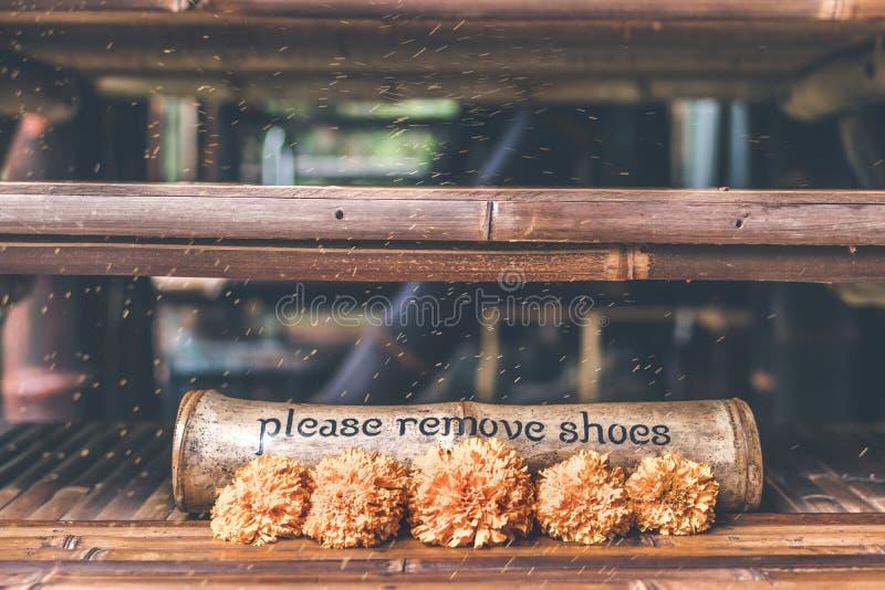 Veuillez enlever le plat de signe en bois de chaussures photo stock