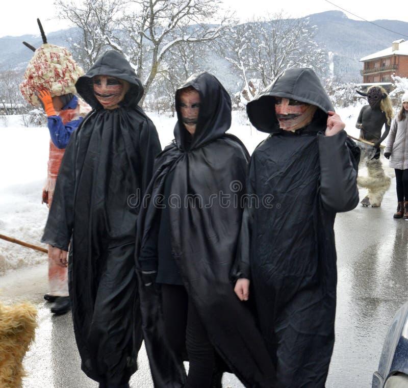 VEVCANI, MACEDONIA - 13 DE ENERO DE 2019: Atomosphere general con para arriba vestidos los participantes en un carnaval anual de  foto de archivo