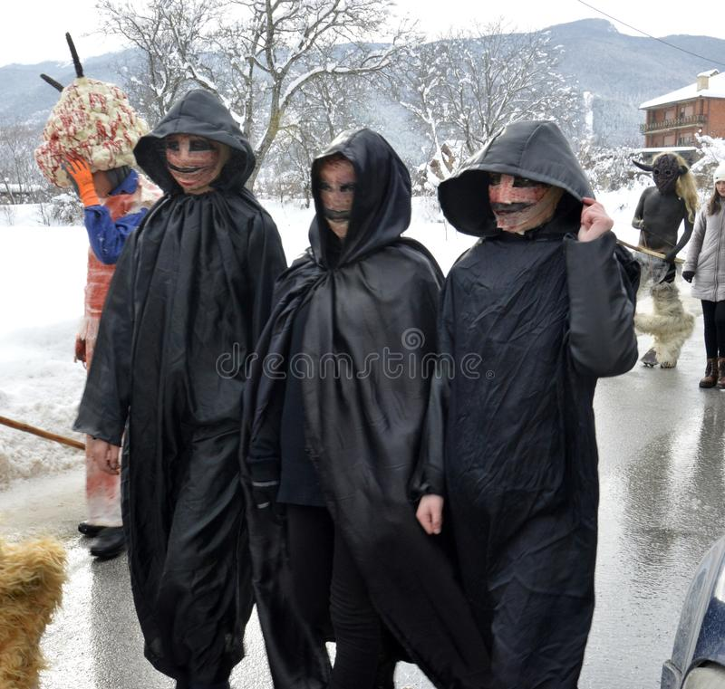 VEVCANI, MACEDONIA - 13 GENNAIO 2019: Atomosphere generale con i partecipanti agghindati ad un carnevale annuale di Vevcani, dent fotografia stock