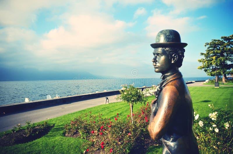 VEVEY, SUIZA - 11 DE MAYO: Estatua de bronce del actor Cha del cómico imagen de archivo