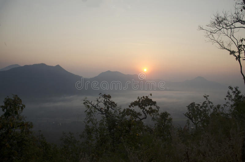 Vew av phutokberget med mist och solen på synvinkeln i morgon arkivfoton