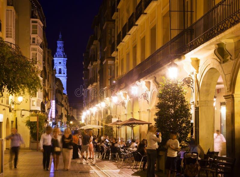 Vew da rua da noite com os restaurantes em Logrono imagem de stock royalty free