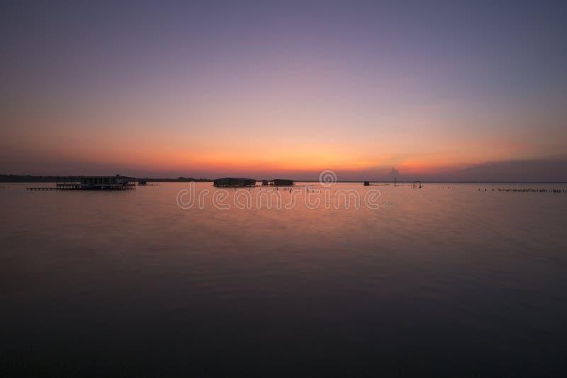 Vew de la puesta del sol en el lago de Maracaibo, Venezuela imagenes de archivo