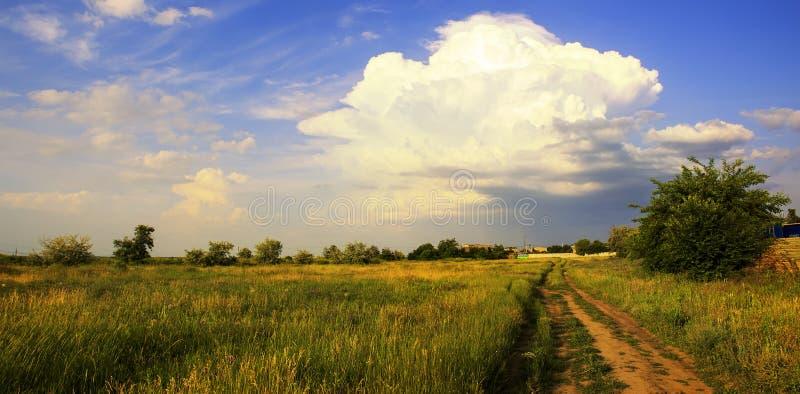 Vew de Panaramic ciel bleu, grands nuages naturels, gisement de nature dans l'ensemble du soleil image libre de droits