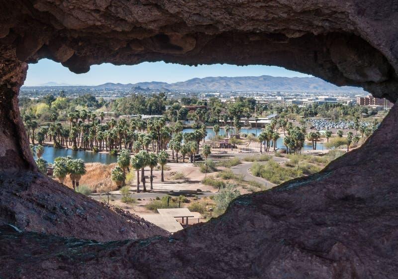 Vew de Scottsdale par le trou dans la roche images libres de droits