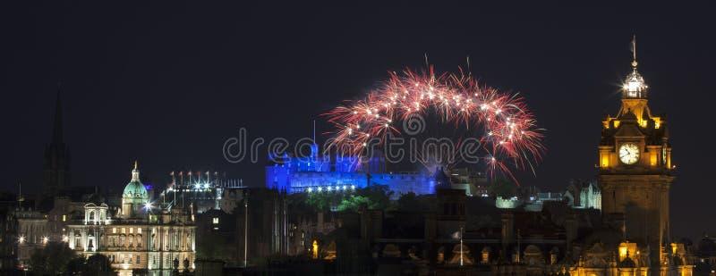 Vew panorámico en el castillo de Edimburgo con los fuegos artificiales imágenes de archivo libres de regalías