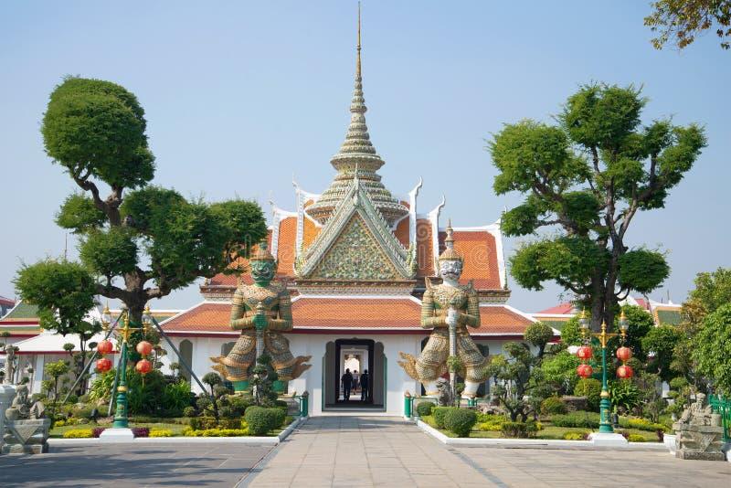 Vew para las estatuas gigantes de los rakshasas que guardan la entrada al complejo del templo de Wat Arun bangkok imágenes de archivo libres de regalías