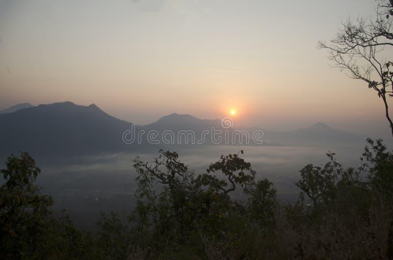 Vew van phu tok berg met mist en zon bij gezichtspunt in ochtend stock foto's