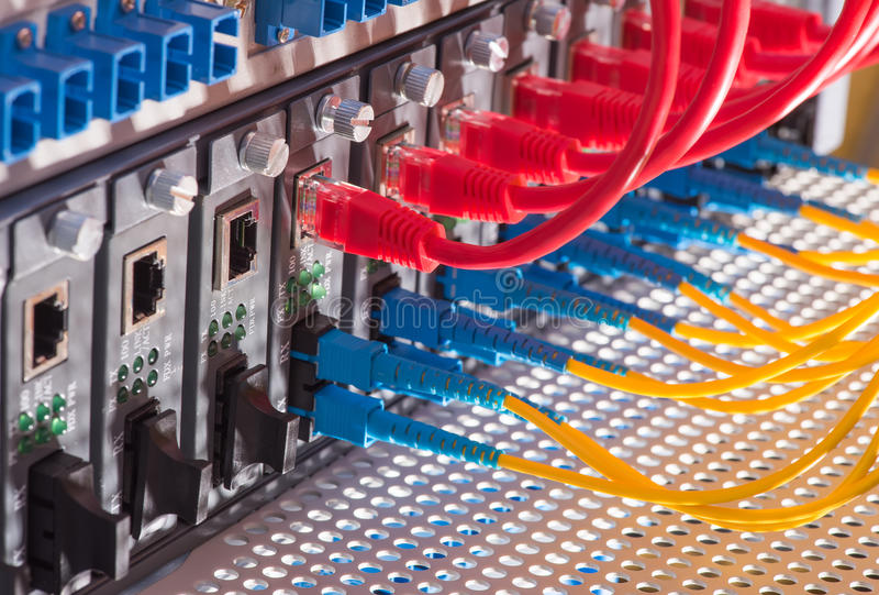 Vezel Optische kabels en UTP-Netwerkkabels stock afbeeldingen
