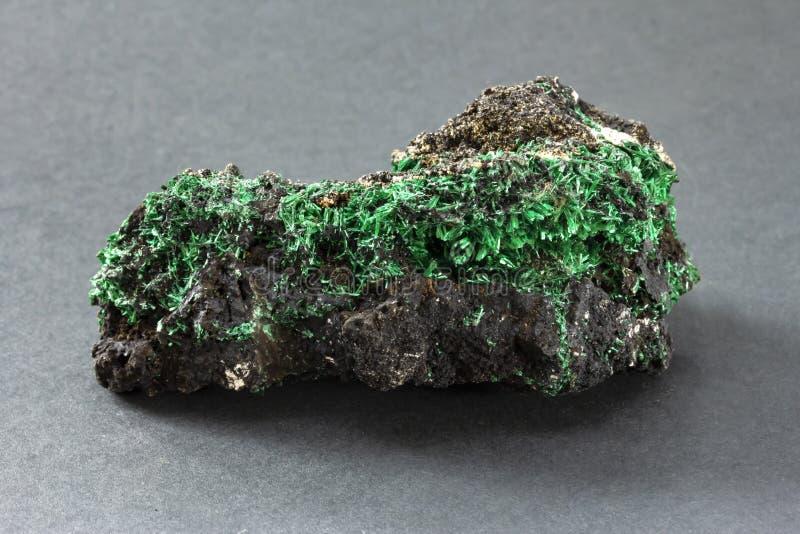 Vezelig malachiet met fijne scherpe groene kristallen van Katanga Zaïre stock afbeelding