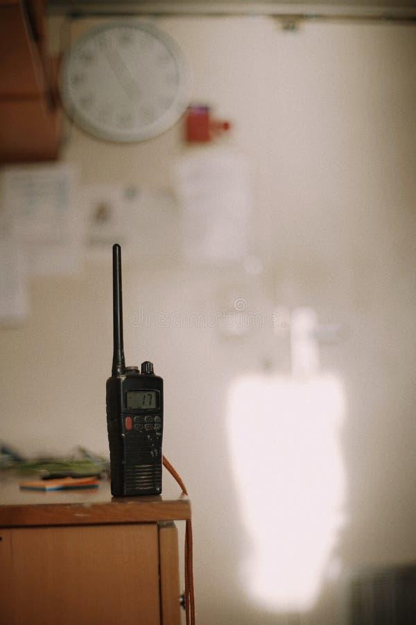 VHF marin sur la table dans la cabine Copiez l'espace blur Fond photographie stock libre de droits