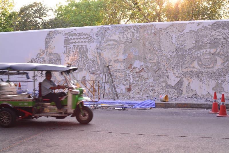 Vhils `-konstverk på den portugisiska ambassaden i Bangkok royaltyfri foto