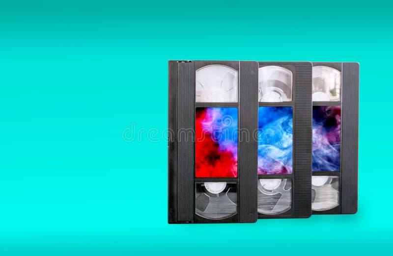 VHS videokassetter på en blå bakgrund arkivfoton