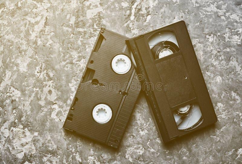 Vhs-videokassetter på en konkret tabell royaltyfri bild