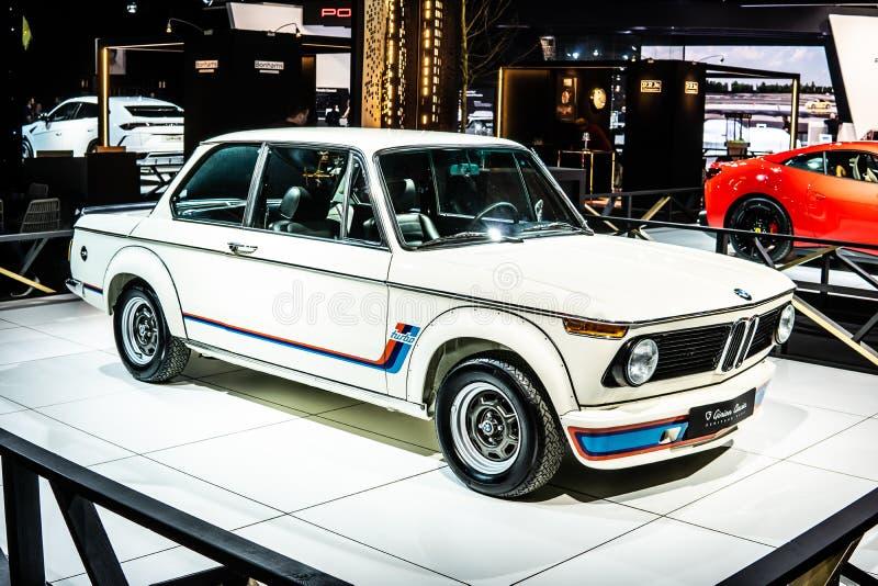 Viñeta blanca icónica BMW 2002 Turbo 1973 Ginion Classics lustroso y brillante coche retro clásico en Brussels Motor Show imagen de archivo