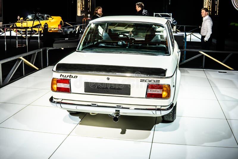 Viñeta blanca icónica BMW 2002 Turbo 1973 Ginion Classics lustroso y brillante coche retro clásico en Brussels Motor Show foto de archivo