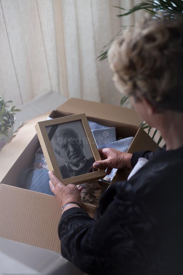 Viúva com uma foto do marido fotografia de stock royalty free