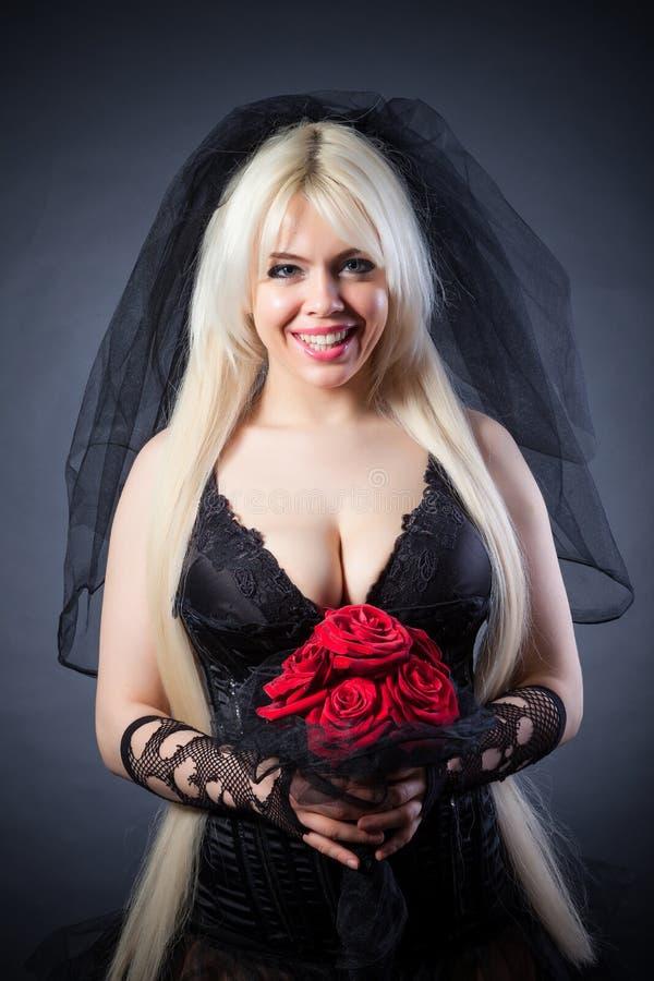 Viúva negra no sofrimento com flores com um véu imagem de stock royalty free