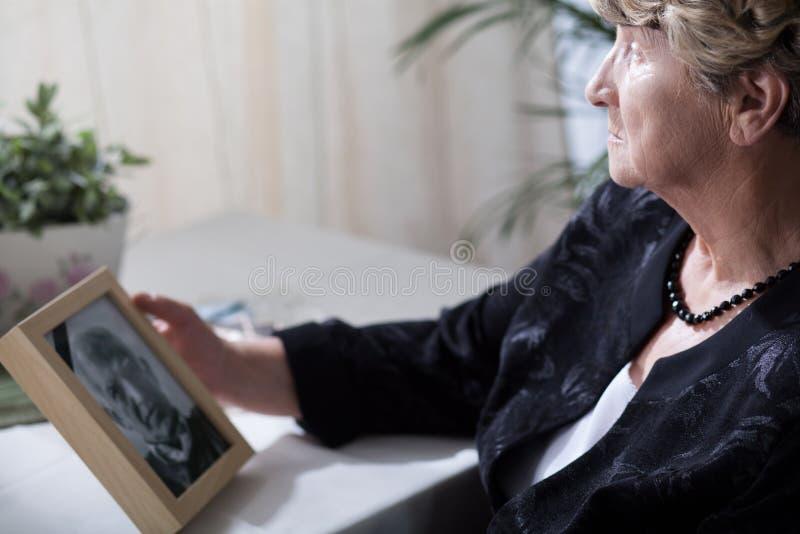 Viúva superior que fala do passado seu marido imagem de stock