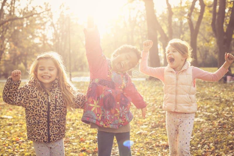 Vi är lyckliga ungar Barn i natur royaltyfri bild
