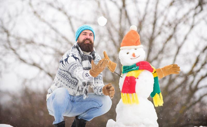 Vi firar vintersemester utomhus varm svettare i kallt väder vintersäsong dess julmas skägg fotografering för bildbyråer