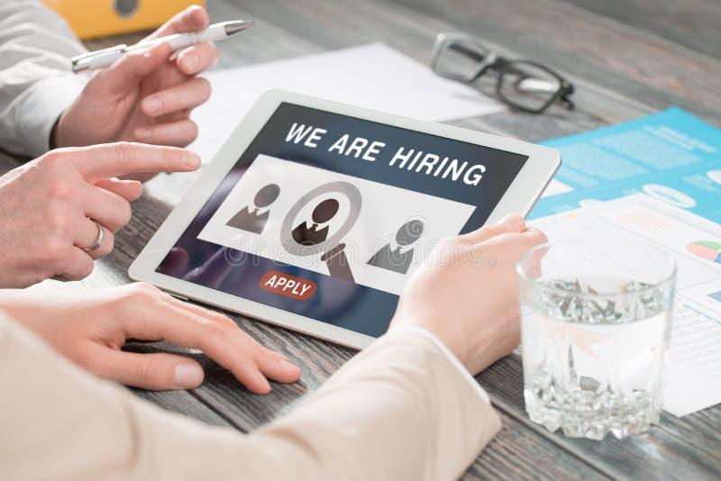 Vi hyr karriären som jagar huvuden Job Concept arkivbild