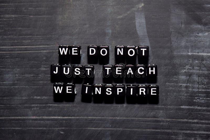 Vi undervisar inte precis oss inspirerar på träkvarter Utbildnings-, motivation- och inspirationbegrepp royaltyfri illustrationer